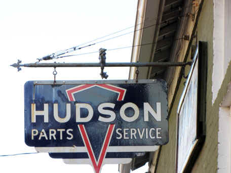 Hudson Auto Museum Parts and Service Sign.jpg (63164 bytes)